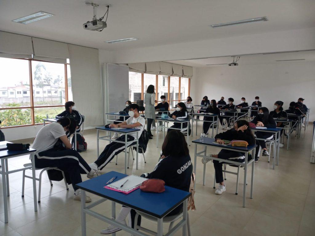 Estudiantes de bachillerato aprovechan las aulas ampliadas para recibir sus clases con el distanciamiento establecido.